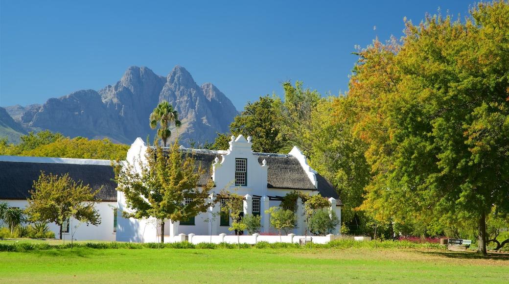 Stellenbosch som inkluderar berg, ett hus och en trädgård