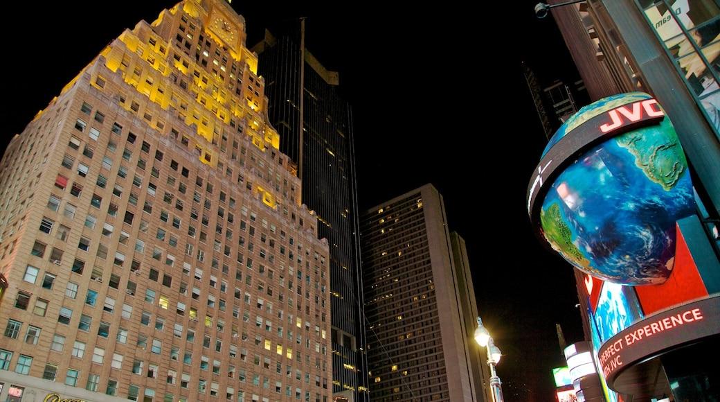 Times Square som inkluderer skyskraper, by og nattbilder