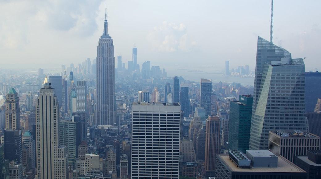 Edificio Empire State ofreciendo un edificio alto, niebla o neblina y vista a la ciudad