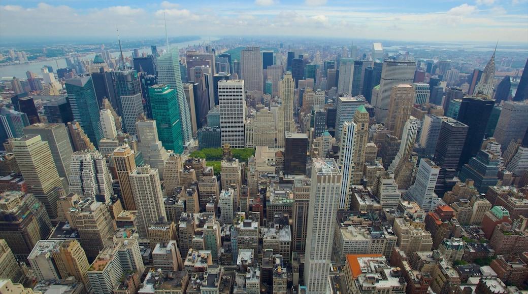 Empire State Building toont hoogbouw, cbd en een stad
