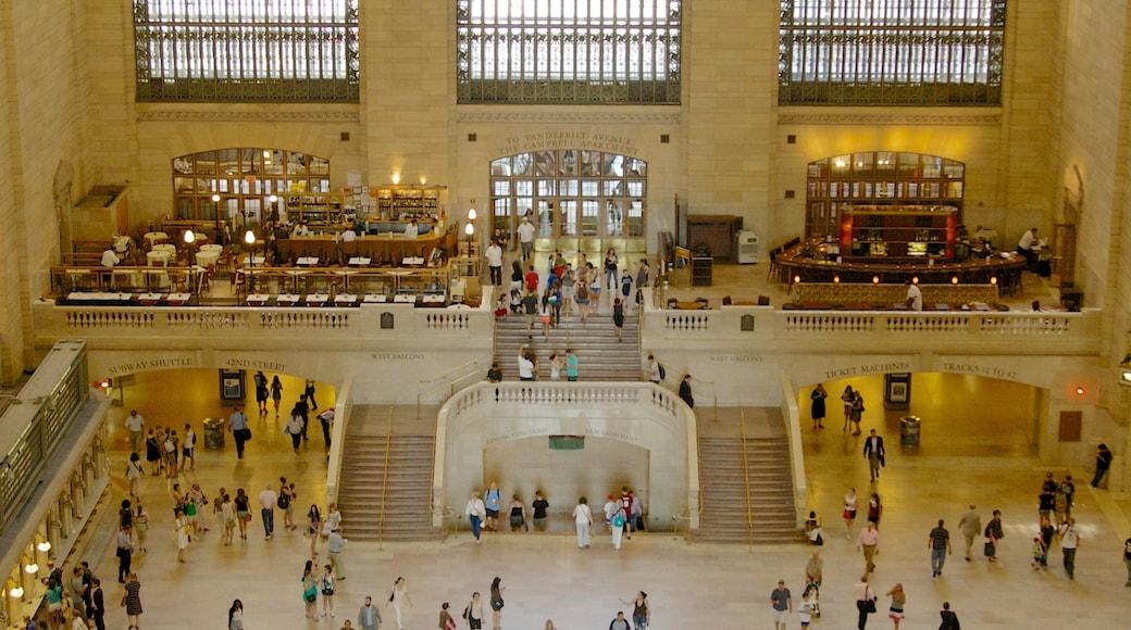 Grand Central jernbanestasjon fasiliteter samt historisk arkitektur og innendørs i tillegg til en stor gruppe med mennesker