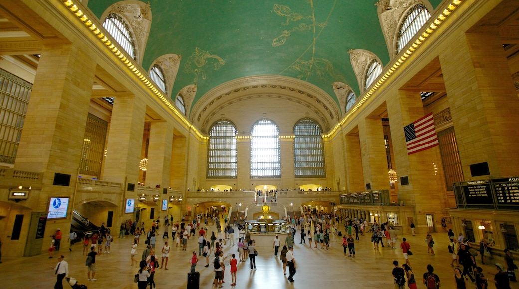 Grand Central jernbanestasjon som viser innendørs og historisk arkitektur i tillegg til en stor gruppe med mennesker