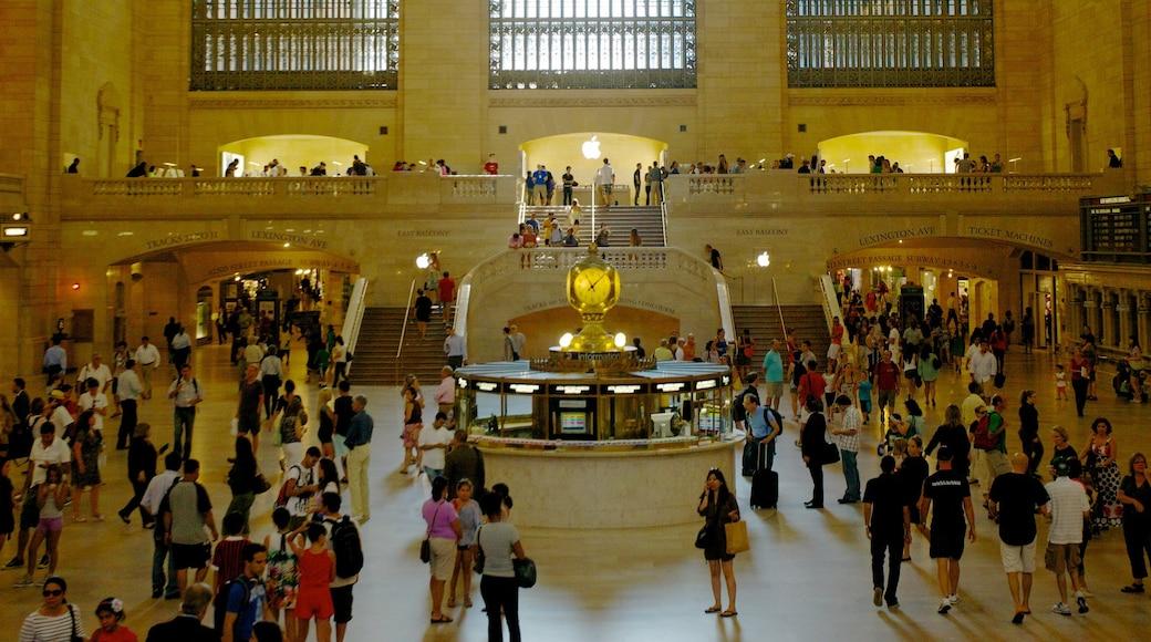 Grand Central jernbanestasjon som viser kulturarv og innendørs i tillegg til en stor gruppe med mennesker