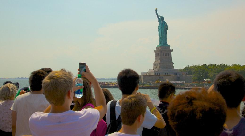 Estatua de la Libertad que incluye una bahía o puerto, elementos del patrimonio y patrimonio de arquitectura
