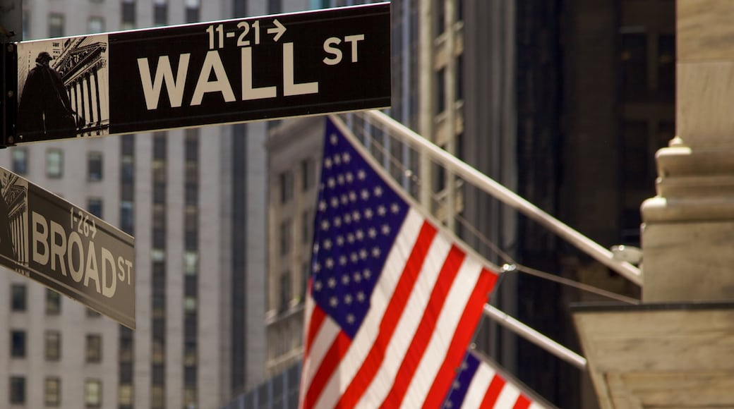 Wall Street - Financial District mit einem Beschilderung und Stadt