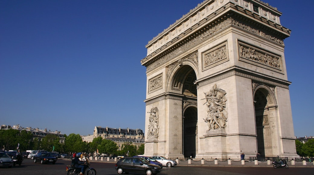 Arc de Triomphe featuring a monument, skyline and a city