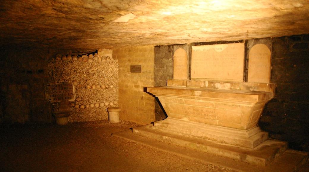 Catacombes de Paris montrant vues intérieures