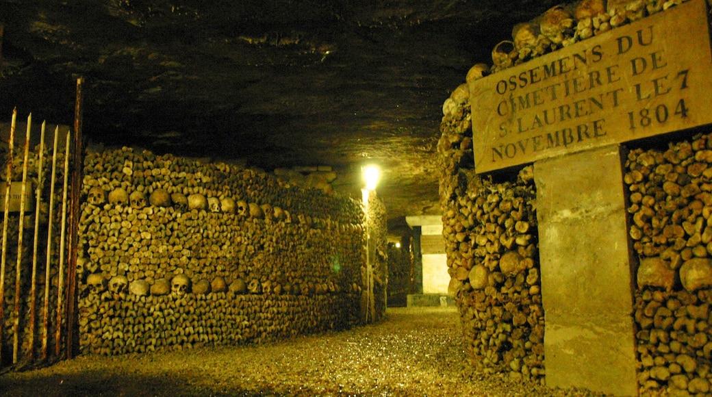 Catacombes de Paris montrant mémorial, signalisation et cimetière