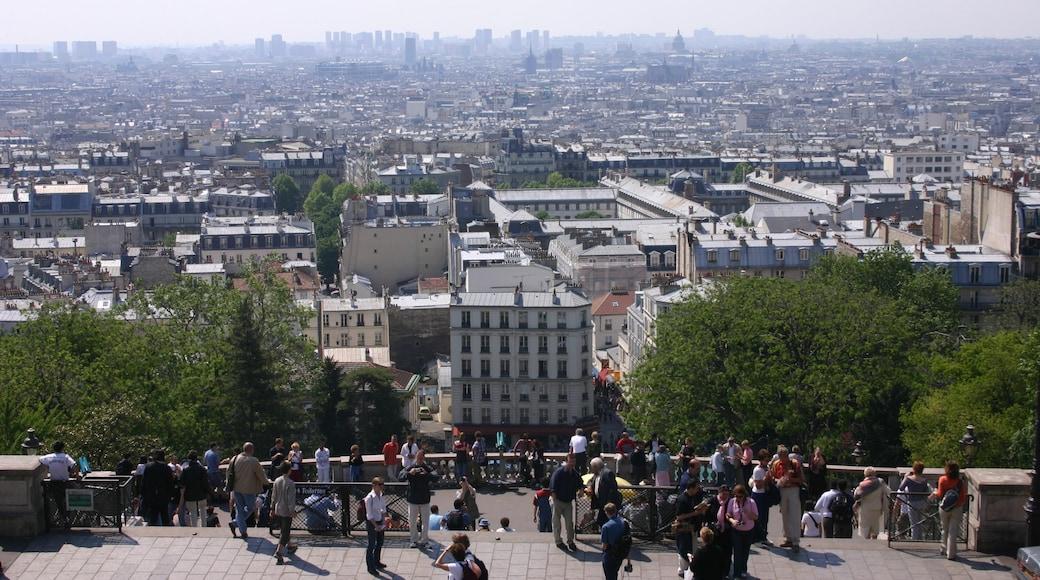 Montmartre som inkluderar en stad, skyline och utsikter