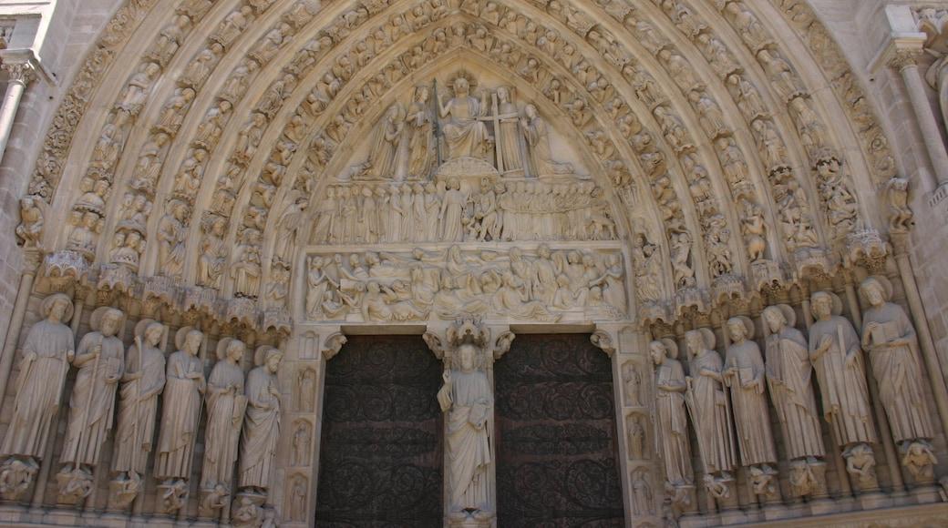 Cattedrale di Notre Dame che include chiesa o cattedrale e elementi religiosi