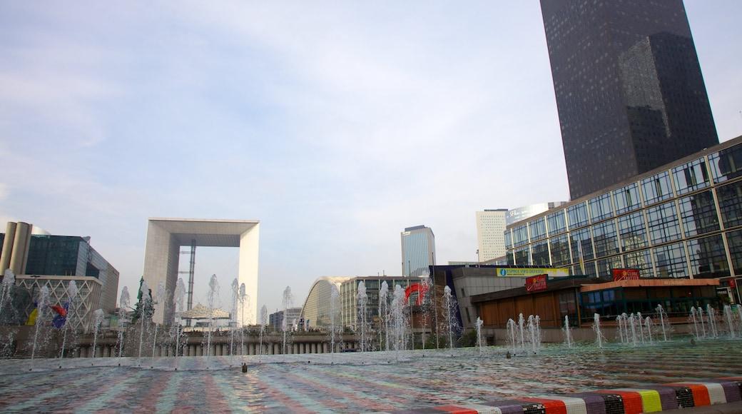 La Défense qui includes square ou place, ville et fontaine