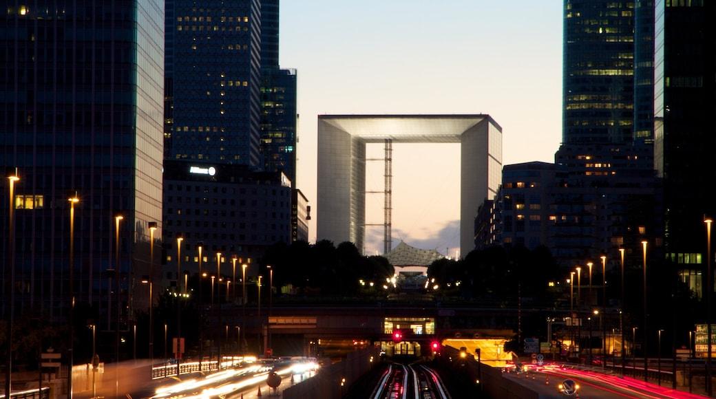 La Défense mettant en vedette vues de la ville, gratte-ciel et ville