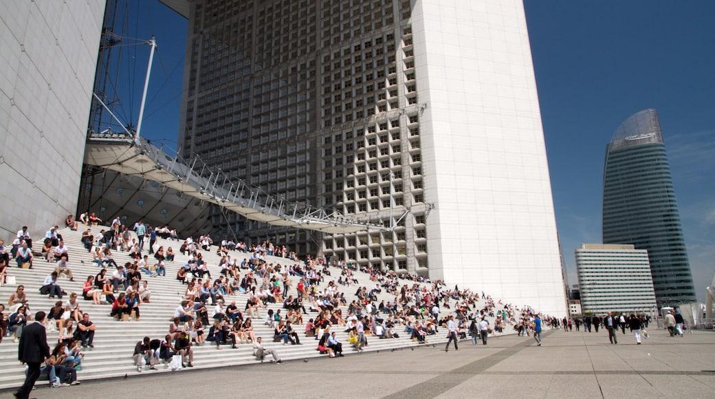 La Défense som omfatter en plads eller et torv og en by såvel som en stor gruppe mennesker