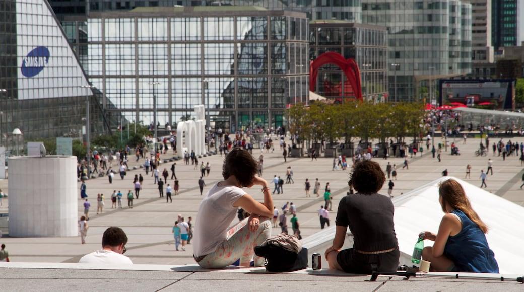 La Défense qui includes square ou place et ville aussi bien que petit groupe de personnes