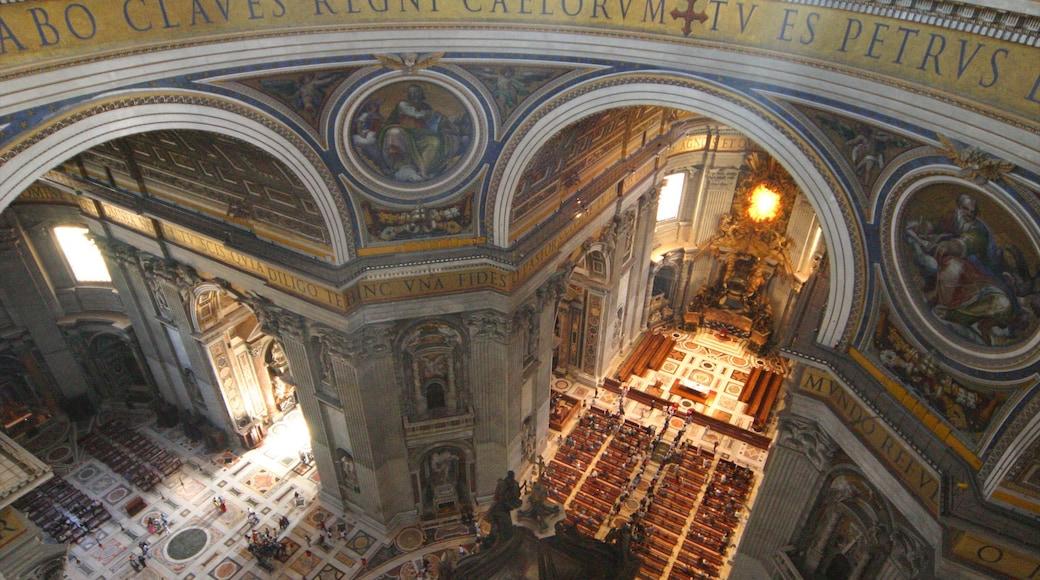 St. Peters basilika som viser kirke eller katedral, historisk arkitektur og innendørs