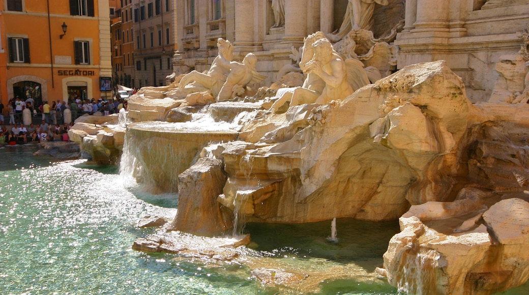 Trevifontenen fasiliteter samt by, statue eller skulptur og fjell