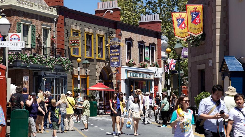 Universal Studios Hollywood® mettant en vedette ville et scènes de rue aussi bien que important groupe de personnes