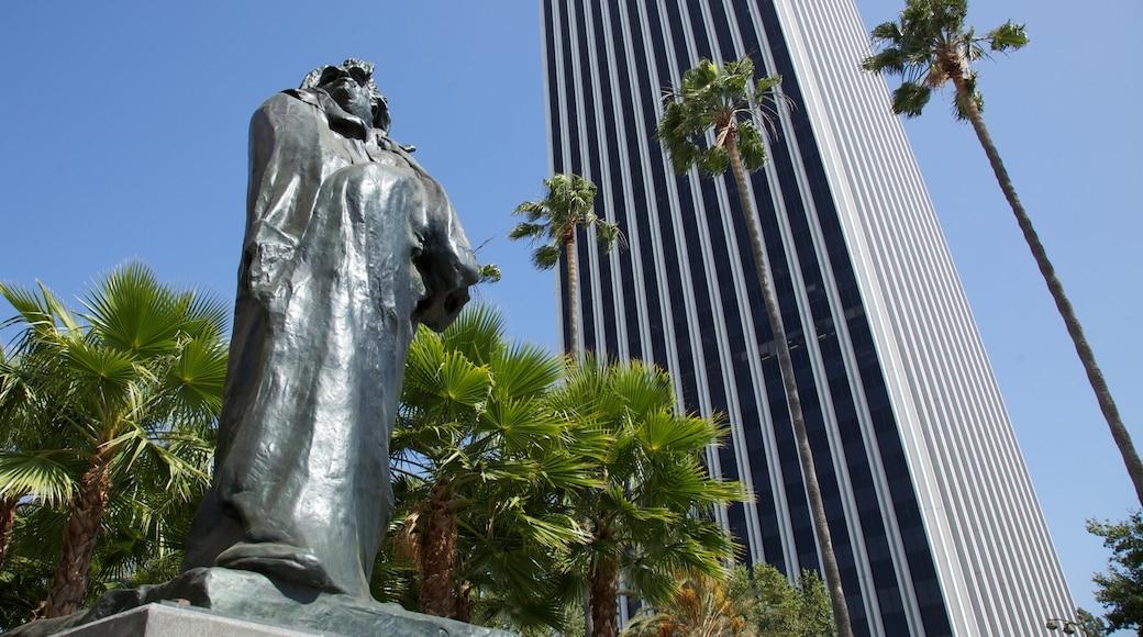 Los Angeles County Museum of Art toont een standbeeld of beeldhouwwerk, hoogbouw en kunst