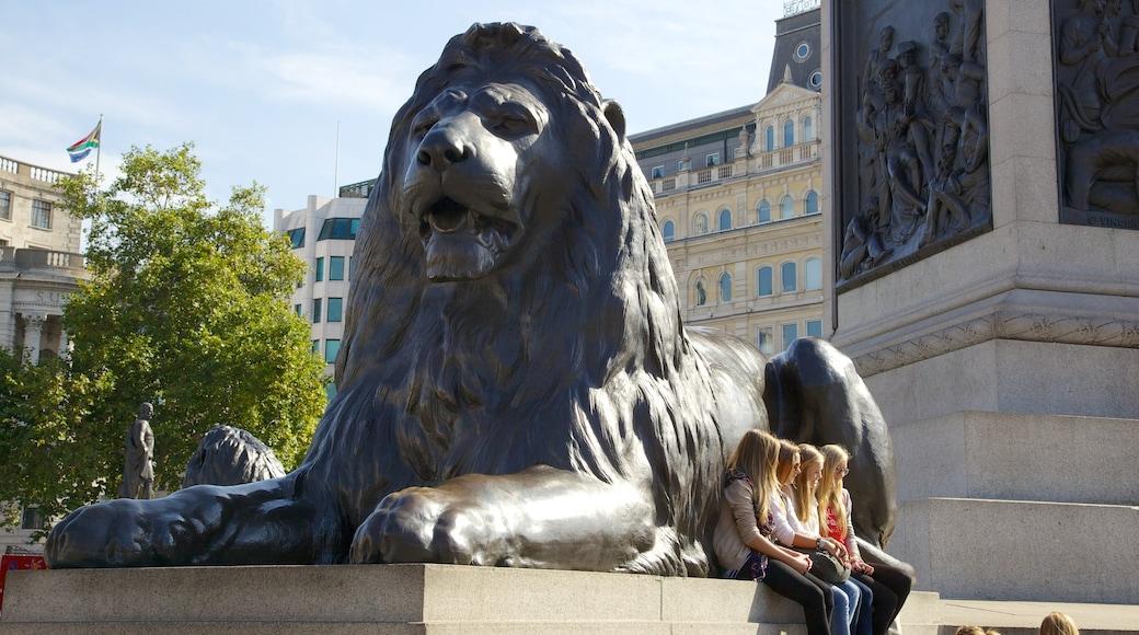 Trafalgar Square ofreciendo una ciudad, un monumento y una estatua o escultura