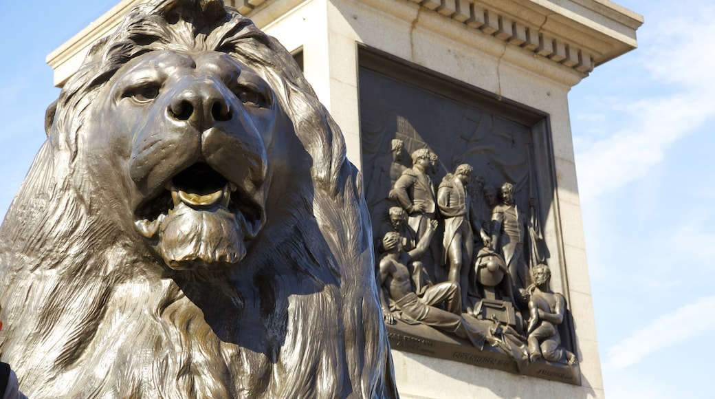 Trafalgar Square ofreciendo un parque o plaza, patrimonio de arquitectura y un monumento