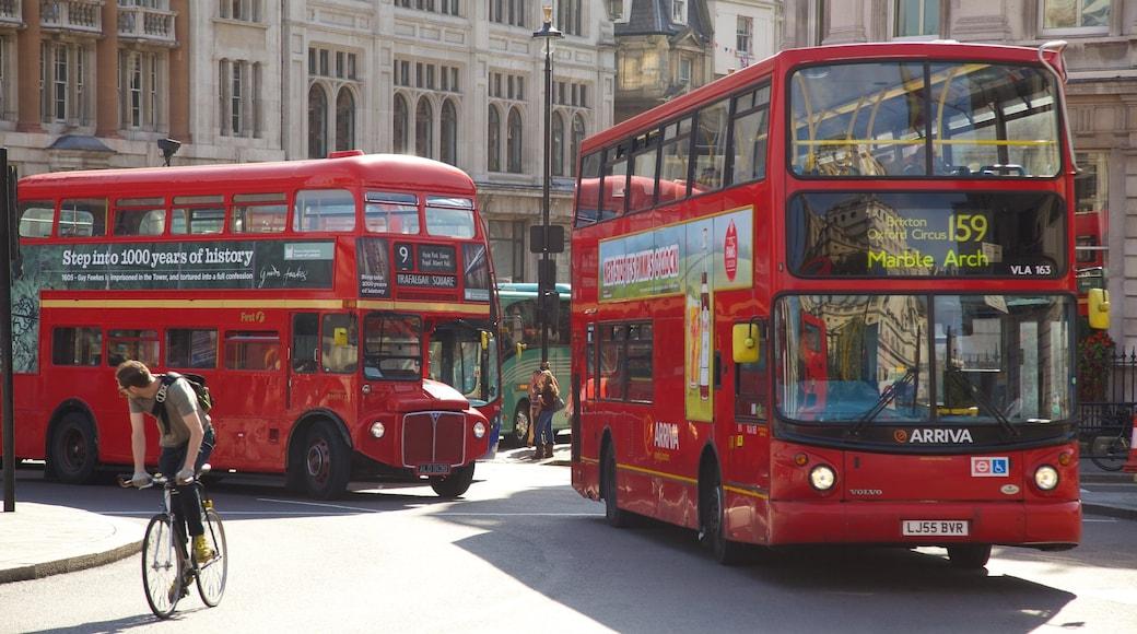 Trafalgar Square que incluye ciclismo, un parque o plaza y una ciudad