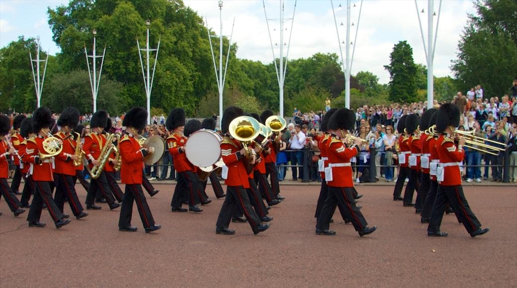 Buckingham Palace som inkluderer gatescener i tillegg til en stor gruppe med mennesker