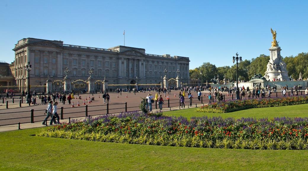 Buckingham Palace som viser historisk arkitektur, gatescener og by