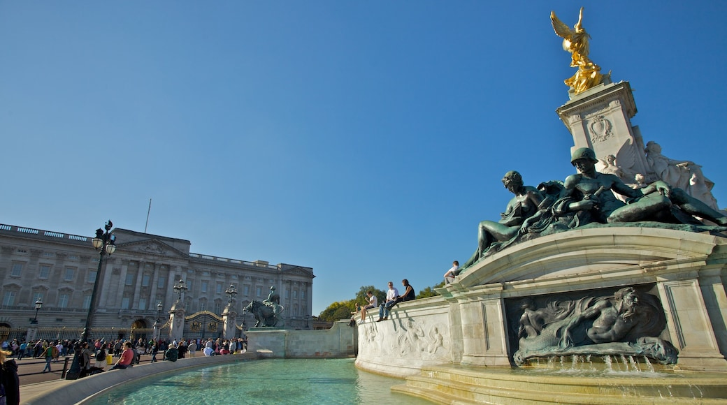 Buckingham Palace showing a fountain, heritage architecture and a monument