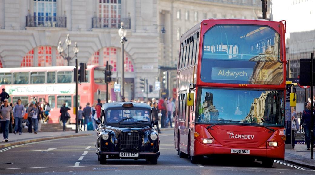 Piccadilly Circus som visar gatuliv, en stad och historisk arkitektur