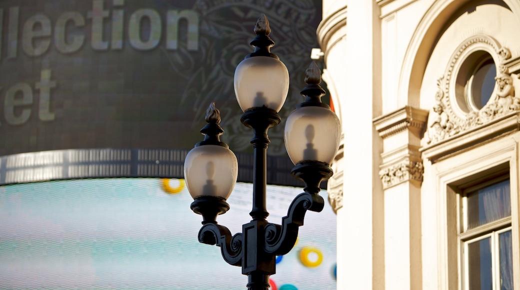 Piccadilly Circus som visar historisk arkitektur