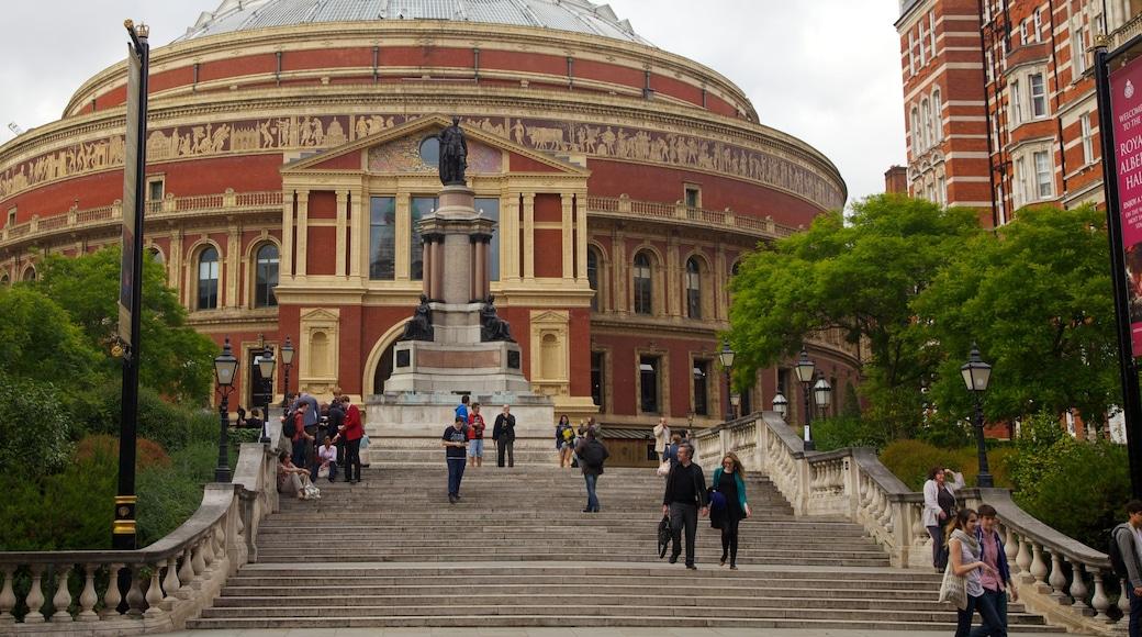 Royal Albert Hall som inkluderar historisk arkitektur och en stad