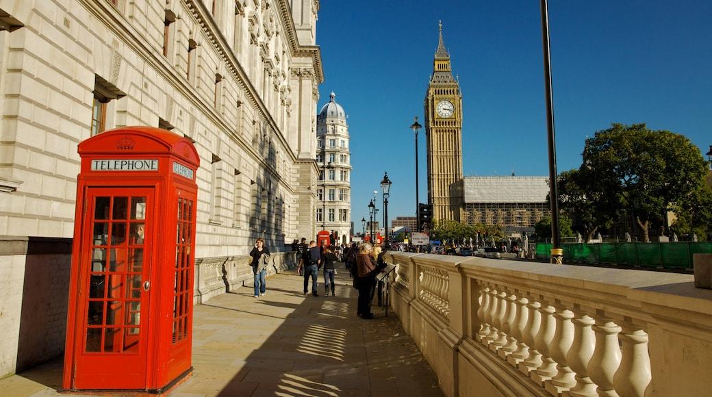 Big Ben ofreciendo arquitectura patrimonial, una ciudad y escenas cotidianas