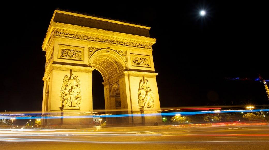 Paris som omfatter natteliv, en by og historiske bygningsværker