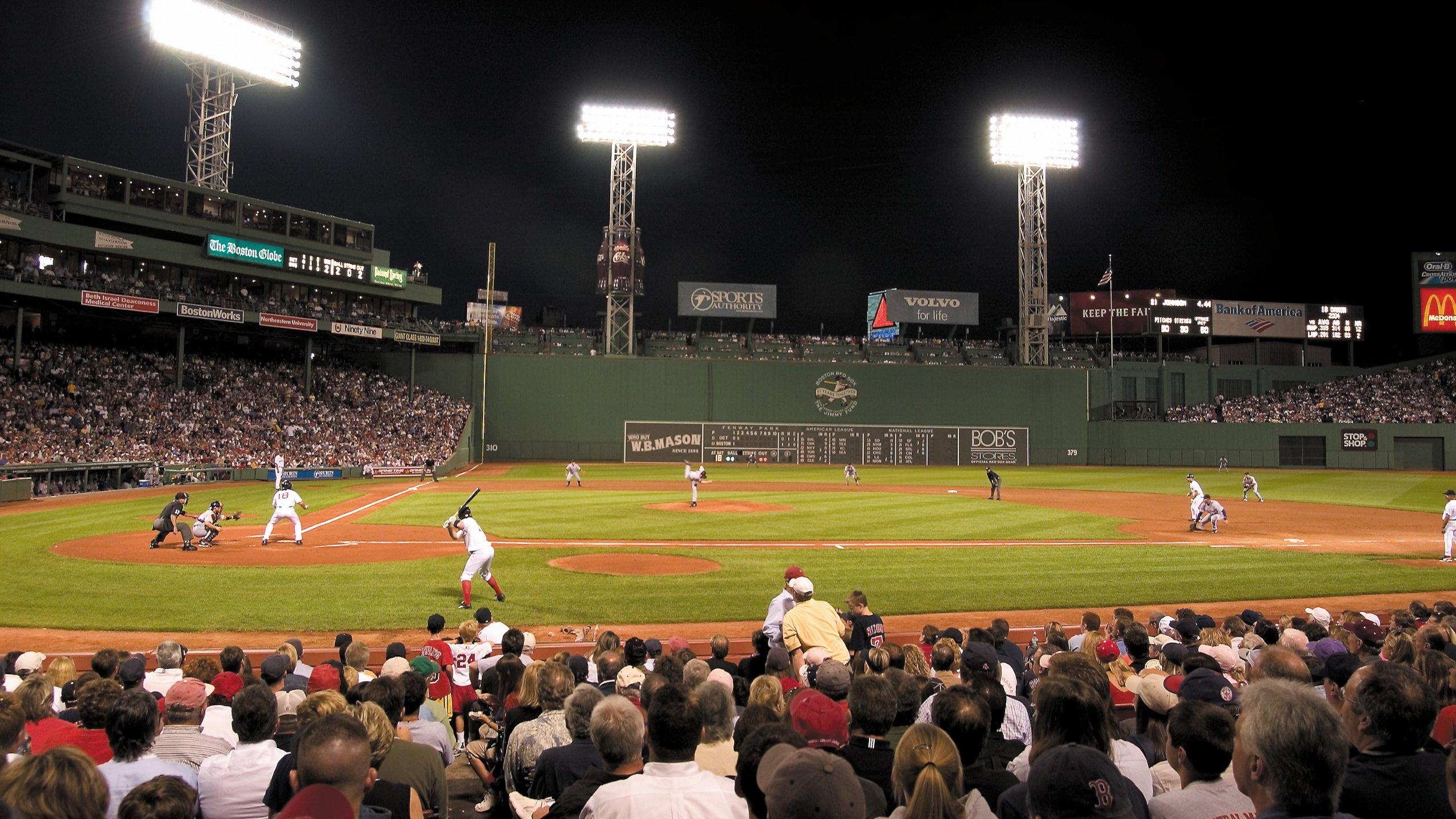 Assista a um jogo ou faça um passeio por um dos mais históricos e queridos estádios de beisebol dos Estados Unidos.
