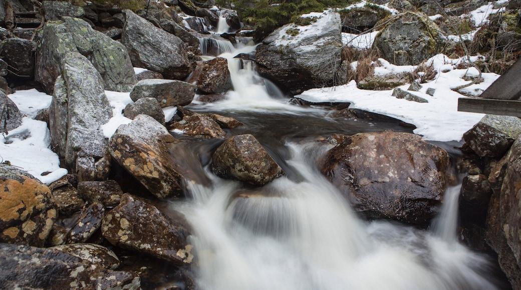 Rjukan das einen Fluss oder Bach und Schnee