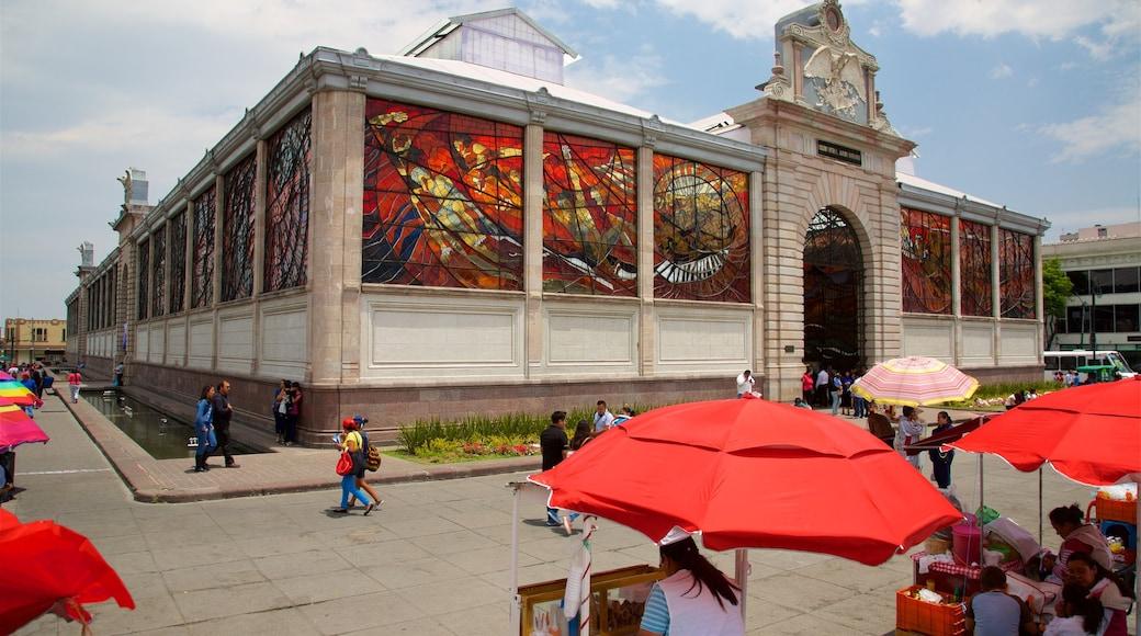 El Cosmovitral que incluye un parque o plaza y patrimonio de arquitectura y también un pequeño grupo de personas