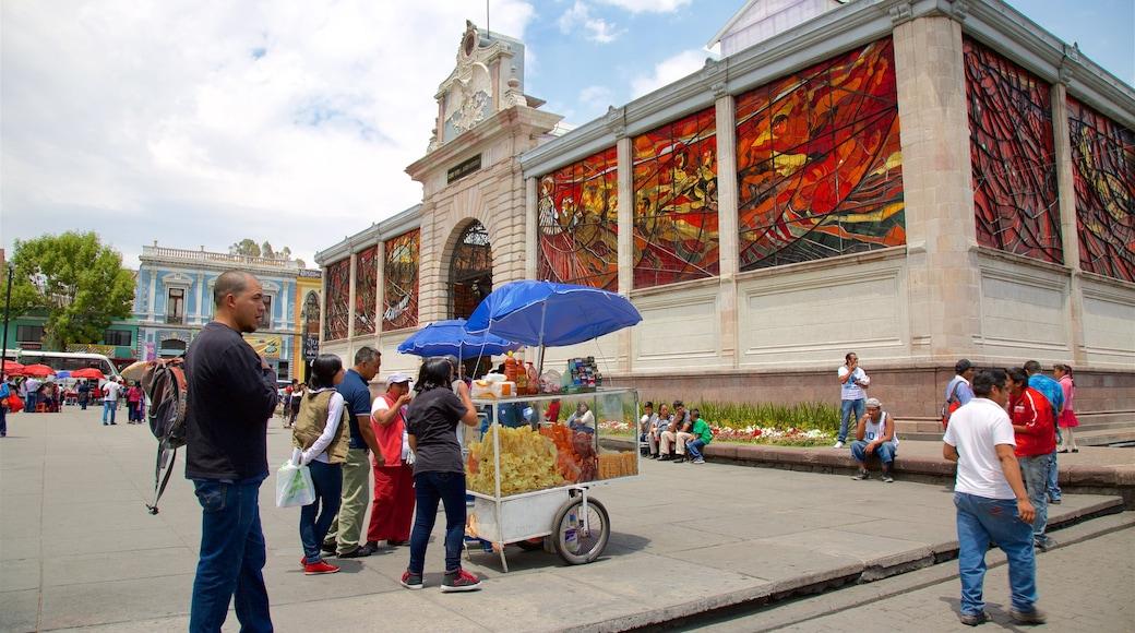 El Cosmovitral mostrando un parque o plaza y patrimonio de arquitectura y también un pequeño grupo de personas