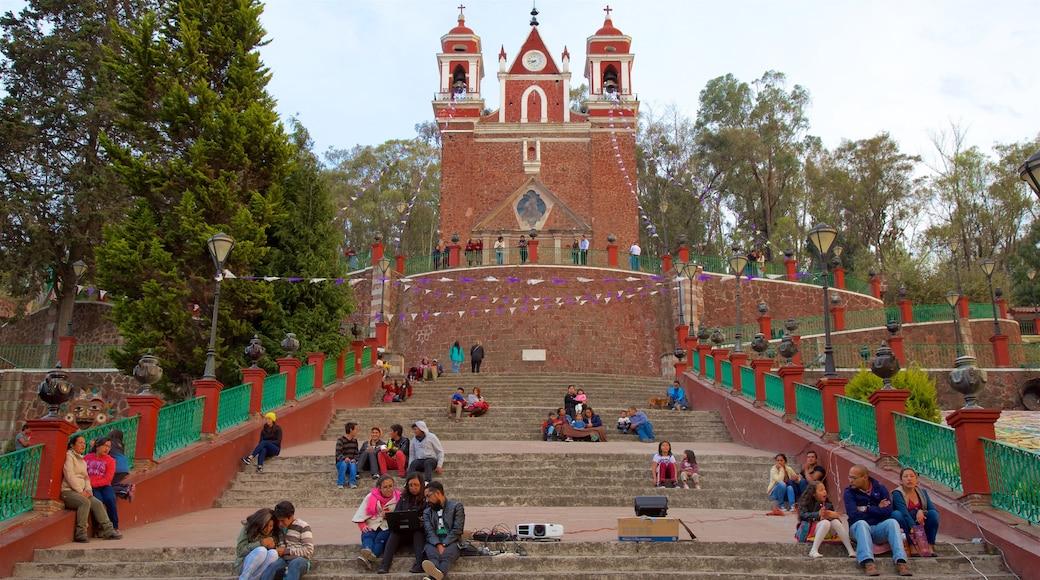 Metepec mostrando una iglesia o catedral y también un pequeño grupo de personas