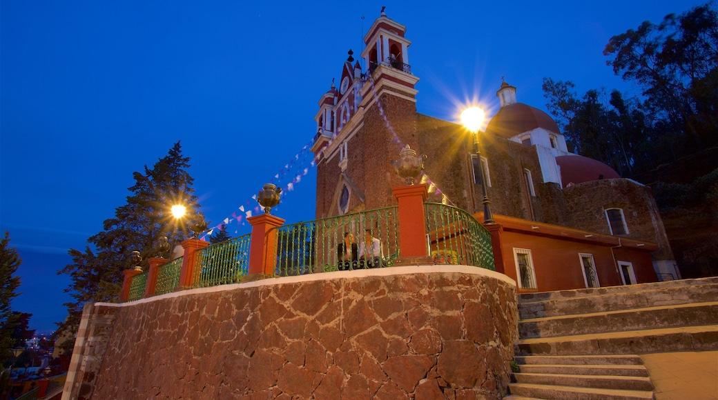 Metepec que incluye una iglesia o catedral y escenas nocturnas