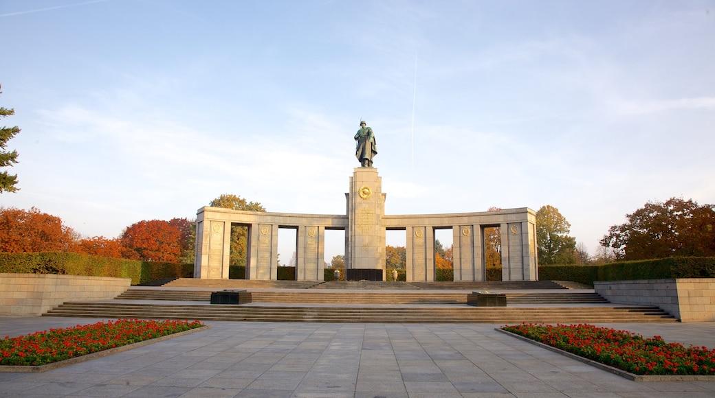 Monumento a los Caídos del Ejército Rojo en el Tiergarten que incluye flores, un atardecer y una estatua o escultura
