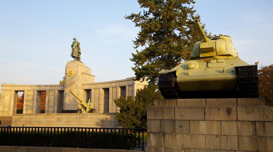 Monumento a los Caídos del Ejército Rojo en el Tiergarten ofreciendo artículos militares, un atardecer y una estatua o escultura