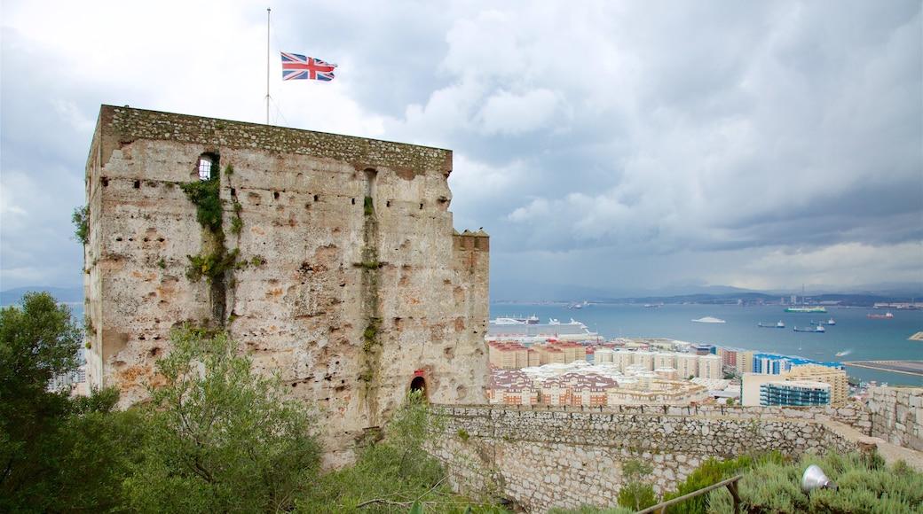 直布羅陀 呈现出 海灣或海港 和 歷史建築