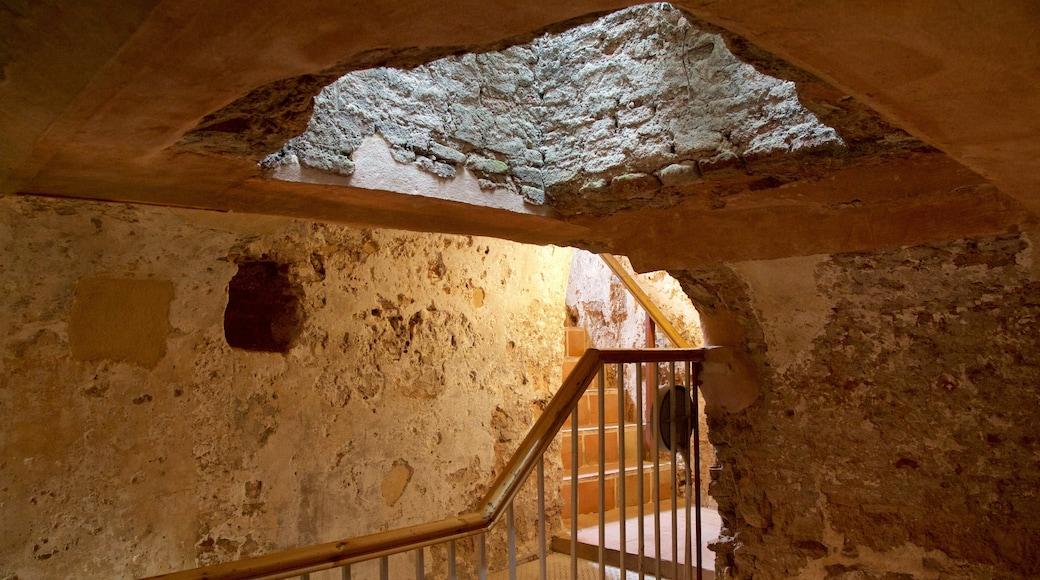摩爾人城堡 设有 傳統元素 和 內部景觀