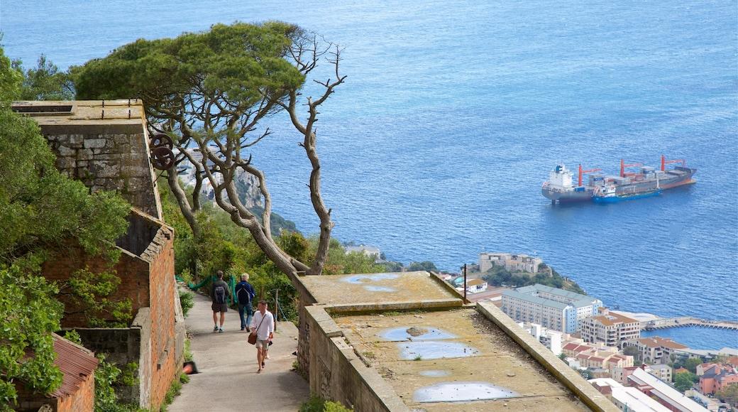 Gibraltarin kallio joka esittää yleiset rantanäkymät