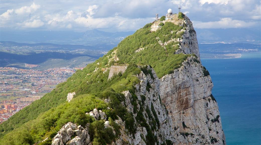 Gibraltarin kallio johon kuuluu vuoret ja maisemat