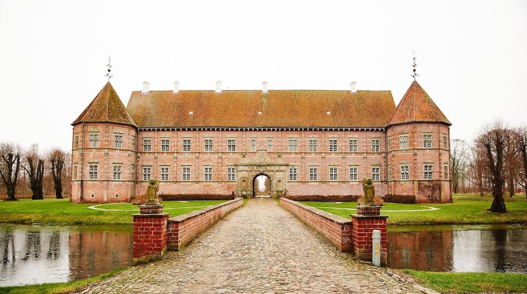 Dronninglund mit einem historische Architektur, See oder Wasserstelle und Brücke