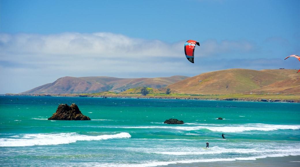 Morro Strand State Beach som viser kitesurfing, udsigt over kystområde og bølger