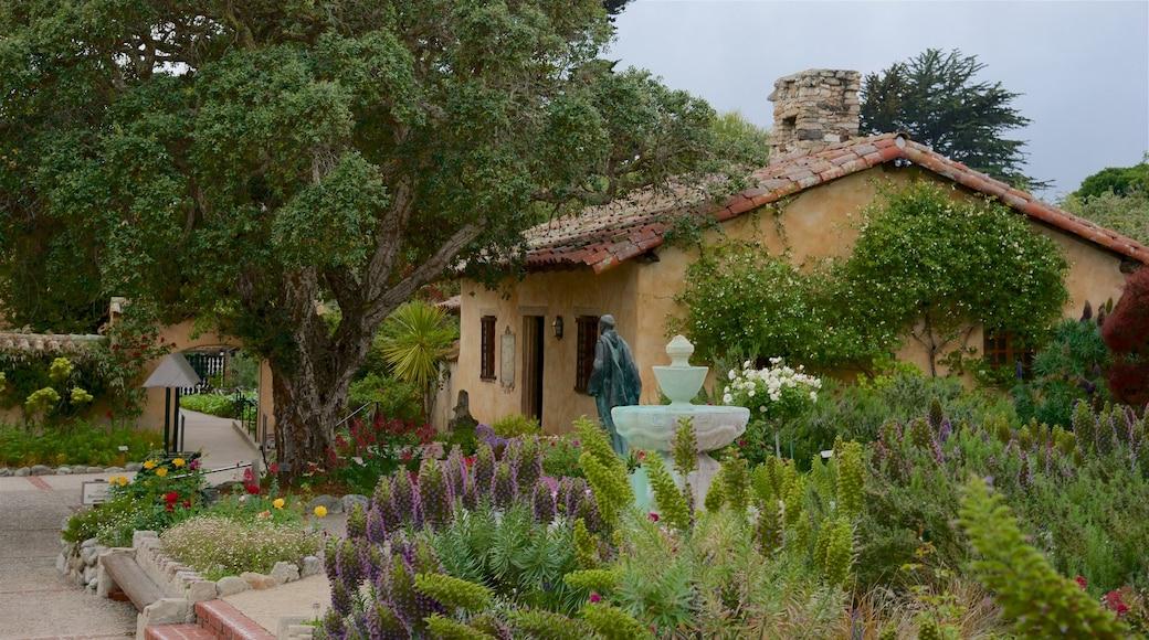Carmel som omfatter et hus og en have