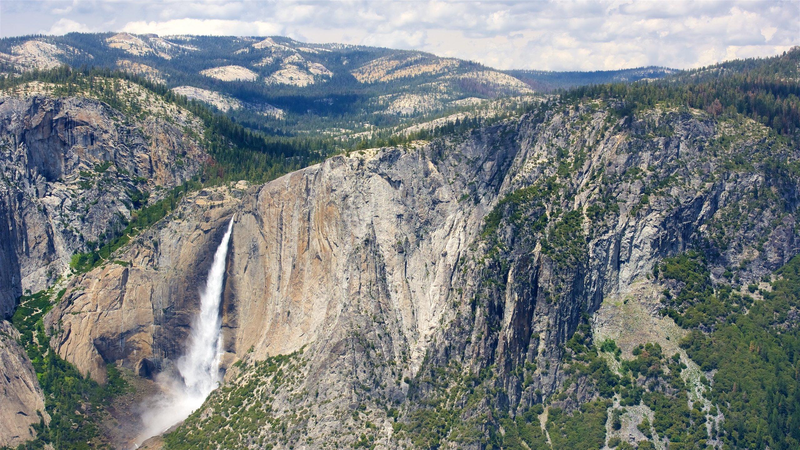 Aprecie uma vista incrível para o Vale de Yosemite desse ponto de observação e veja os cânions altos, as quedas repentinas e as colinas de granito no horizonte do vale escarpado.