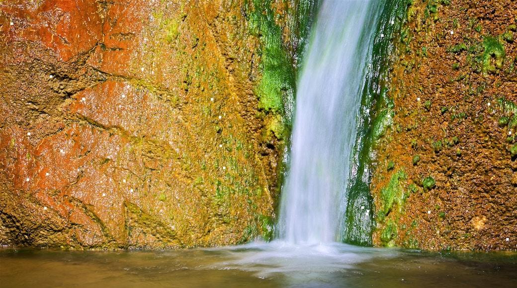 Vale da Morte mostrando uma cachoeira